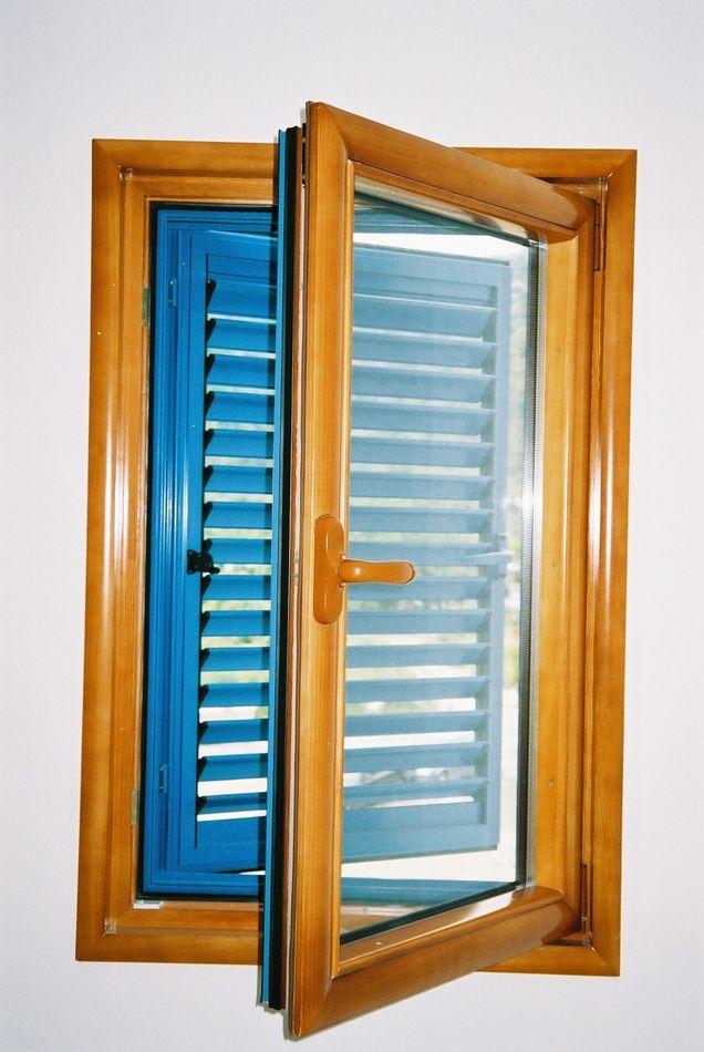Stambena zgrada Budva - Prozor drvo-aluminium sa griljama